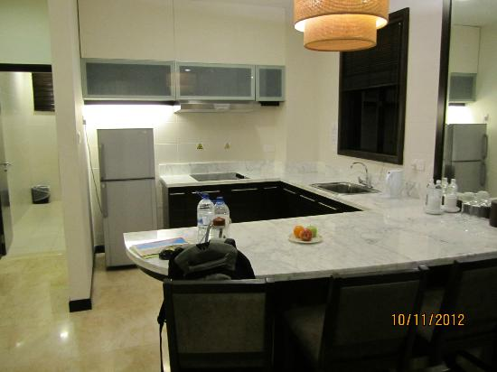 Nexus Resort & Spa Karambunai: Kitchen in the Spa Suite