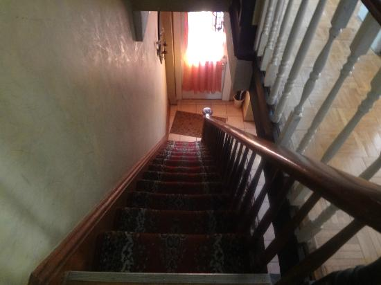 New York Homestay: Steps are narrow- watch out!