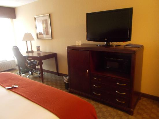 Holiday Inn Express Peachtree Corners/Norcross: FLAT SCREEN / WIFI ON DESK