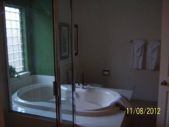 The Greens II Resort at Bella Vista Village: large jetted tub