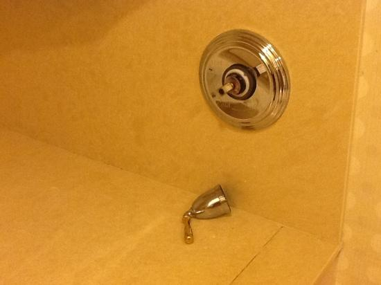 Hilton Garden Inn Las Vegas Strip South: broken faucet