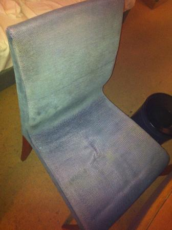 Hotel Mercure Wien Westbahnhof: Dirty, worn out work chair