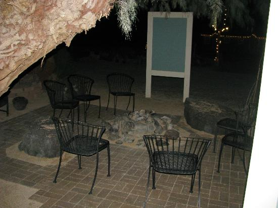 Shoshone Inn: Gas rock firepit outside the rooms
