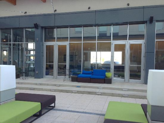 Aloft Mount Laurel : sitting area near the pool