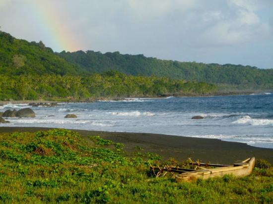 Tanna Iwaru Beach Bungalows: Black sand beach