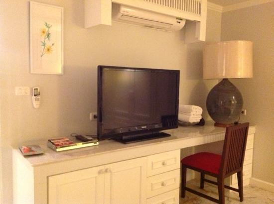At Pingnakorn Hotel Chiangmai: Saijo denki air cond, LED panasonic TV, LG DVD player. I bring HDMI able to watch movie from my