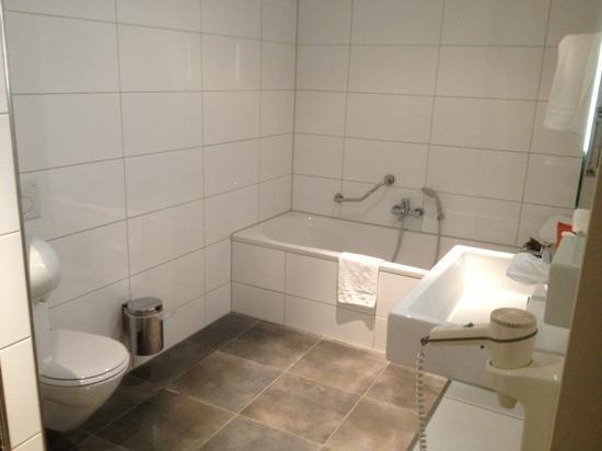 grote badkamer met links een aparte douch - Foto van Theater Hotel ...