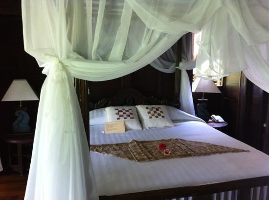 Surya Shanti Villa: le lit (chambre Saraswati)
