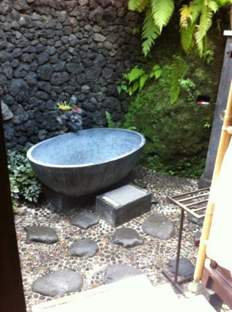 Surya Shanti Villa: la salle de bain semi-extérieure (chambre Saraswati)