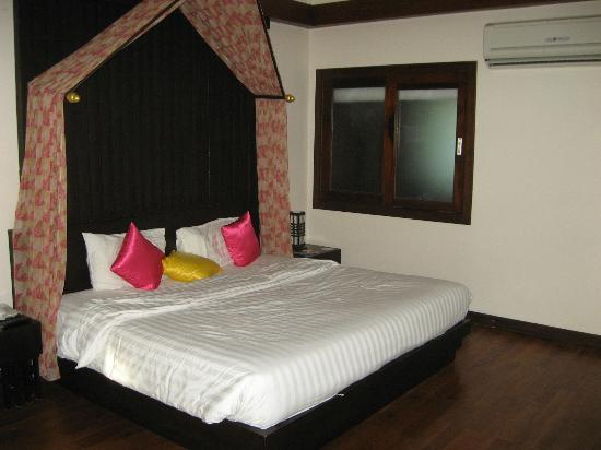 Aonang Phu Petra Resort, Krabi Thailand: King size bed - Gloriyo Poolside Villa