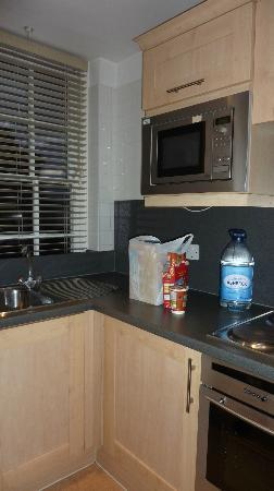 Dolphin House Serviced Apartments: Kitchen in our 2nd 1 bd apartment....everything we could need