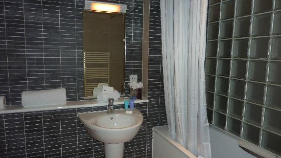 Dolphin House Serviced Apartments: Bathroom - shower over tub (some have bath separate)