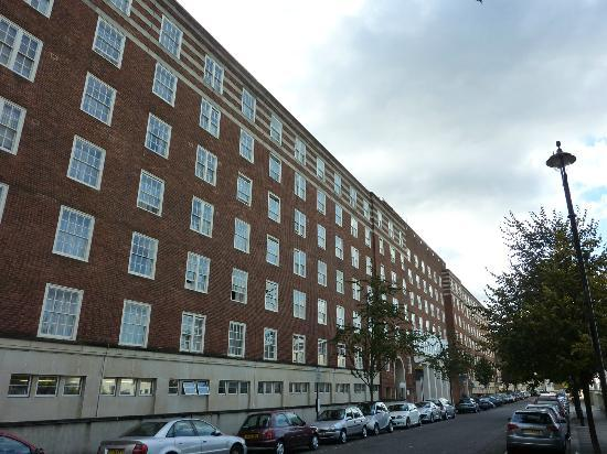 Dolphin House Serviced Apartments: Street view of Dolpin House