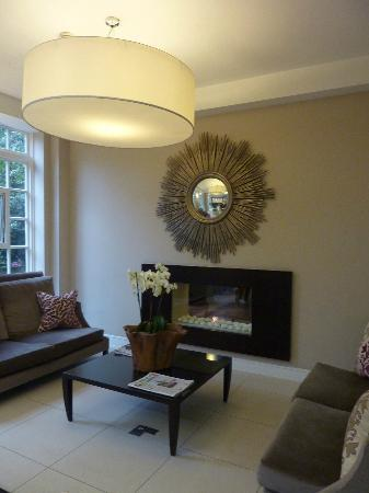 Dolphin House Serviced Apartments: Reception sitting area