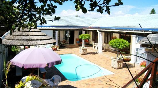 Dolphin Inn Guesthouse-Blouberg: Pool area sheltered form the Cape Town South Easter