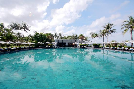 Hilton Phuket Arcadia Resort & Spa: Ocean Beach Club at noon