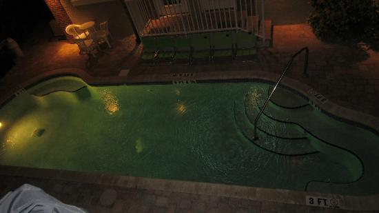 Coconut Inn: Evening view of the heated pool