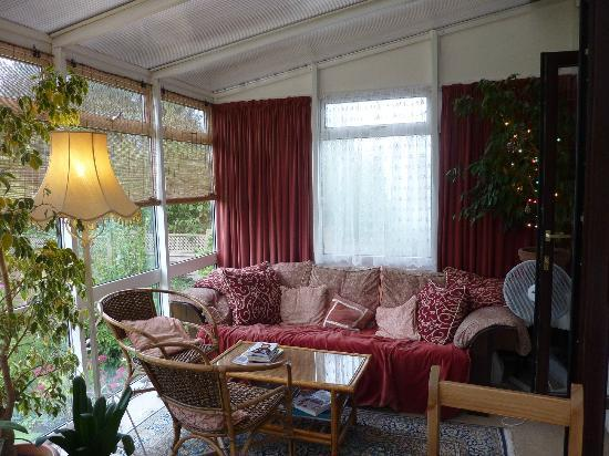 Arden House Bed & Breakfast Bexhill: Sitting area in breakfast room overlooking the garden