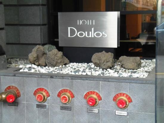 Doulos Hotel: Hotel Front sign