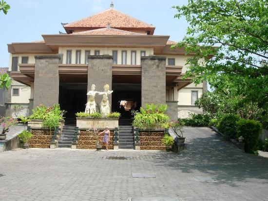 Pelangi Bali Hotel: Street view of the Pelangi