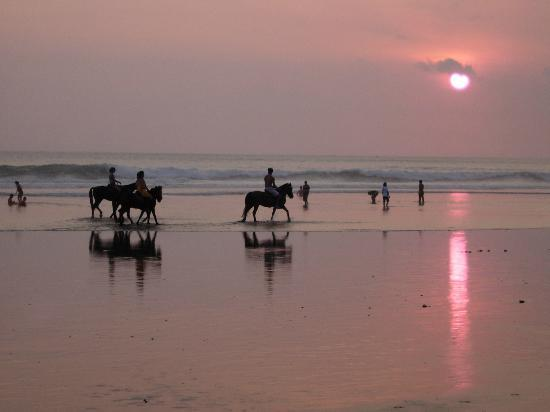 Pelangi Bali Hotel: Seminyak beach in front of the Pelangi at sunset
