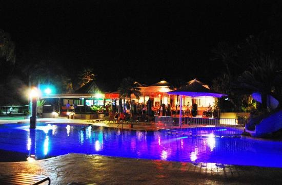 ‪فيجي هايدواي ريزورت آند سبا: The pool at night...I swam any time of night. Had a swim at 3am one night, brilliant!