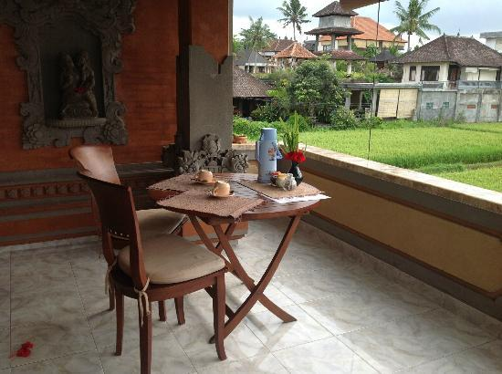 Hibiscus Cottages: Breakfast on our balcony