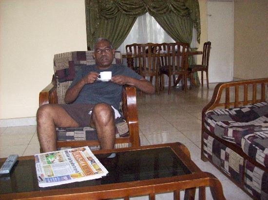 Park View Guest House: The dining table is behind me. The kitchenette is on my right behind & adjacent to the dining ta