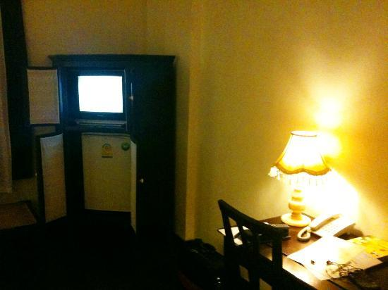 โรงแรมคำวงศ์สา: Large room, small TV, couple of English channels