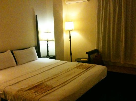 Hotel Khamvongsa: Large room, big bed