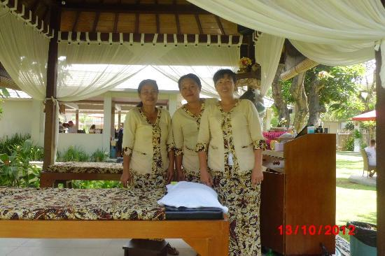 Dewi Sri Hotel: Made and the massage staff