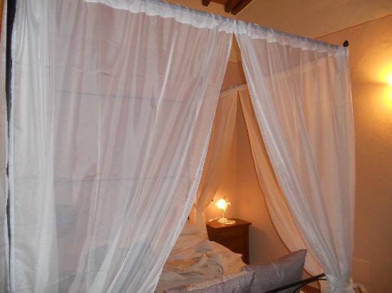 Casale L'Antico Carro: il letto della stanza perticuccia