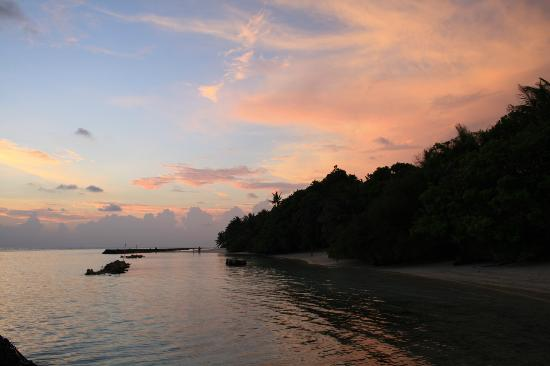Kuramathi Island Resort: Sunset near DBVs