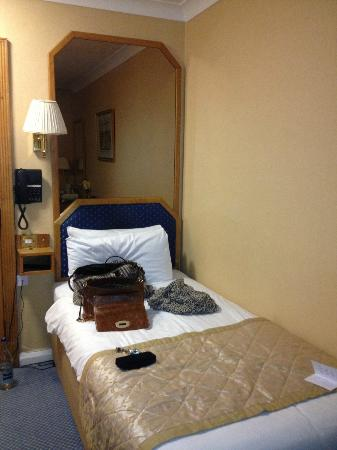 Best Western Burns Hotel Kensington: Tiny bed