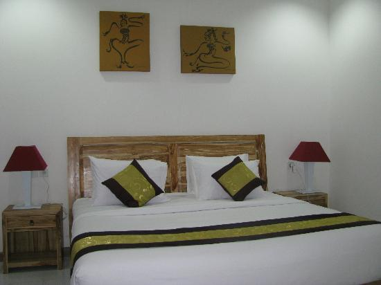Lubdhaka Canggu Residence: Huge comfortable bed.