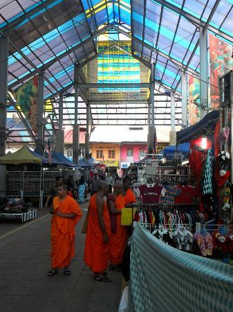 Citin Hotel Masjid Jamek: Market outside front lobby