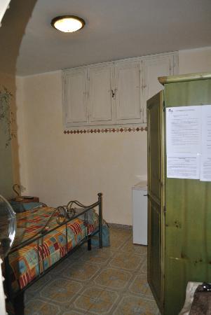 ElisART Guest House: Camera con dettaglio Finestra interna che da sul corridoio