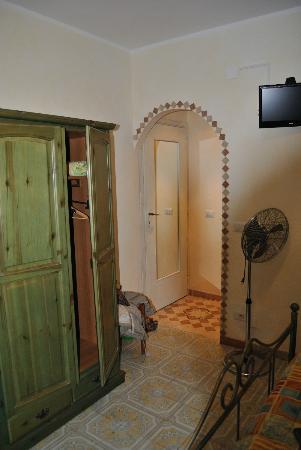 ElisART Guest House: Camera vista porta ingresso