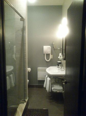 ‪‪Le Relais Lyonnais‬: Modern bathroom with shower (hand-held and rain)