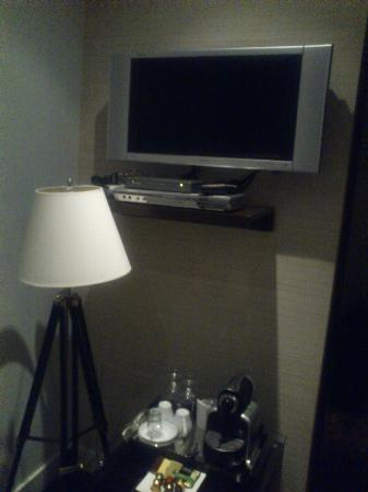 Le Relais Lyonnais: TV and little table with the Nespresso machine