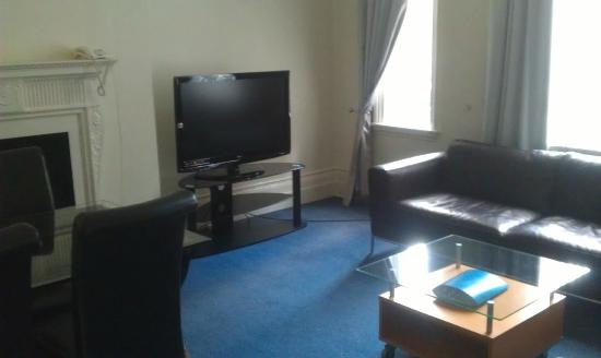 Cavendish Apartments: Livingroom, comfortable sofas and diningtable for 4 people.