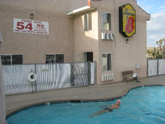 Super 8 Yucca Val/Joshua Tree Nat Pk Area : Motel 8 piscine