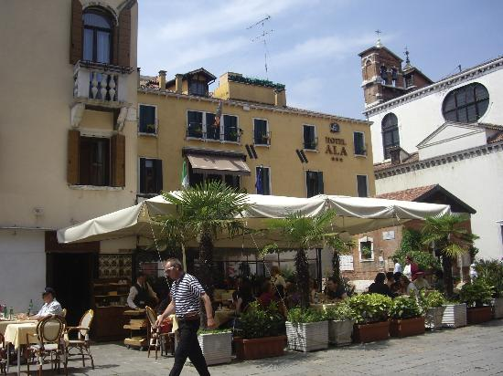 Hotel Ala - Historical Places of Italy : Campo with restaurant in front of hotel