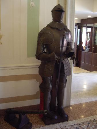 Hotel Ala: Suit of armour decorating lobby
