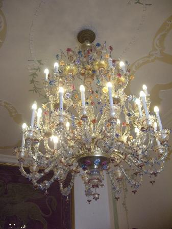 Hotel Ala - Historical Places of Italy: Glass chandilier