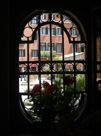 Hotel Ala - Historical Places of Italy: View out to the campo from lobby