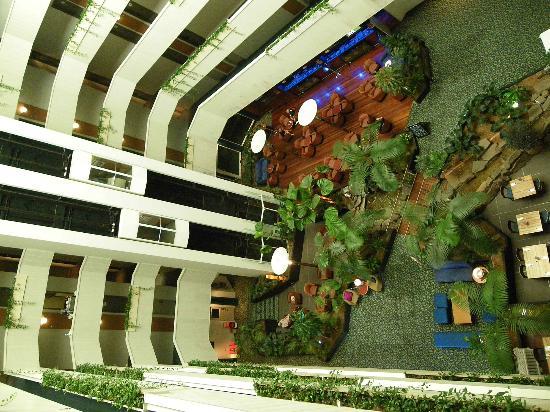 Novotel Darwin CBD: Garden atrium