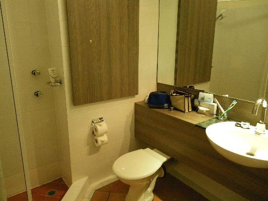 Novotel Darwin CBD: Modern bathroom