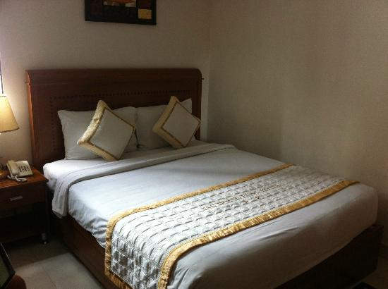 Tan Hoang Long Hotel: Comfortable bed