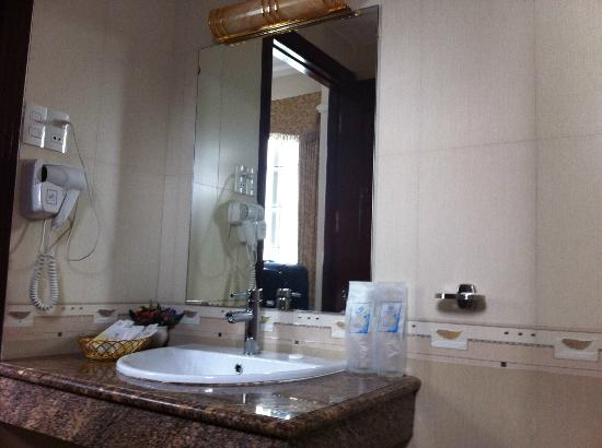 Tan Hoang Long Hotel: The bathroom